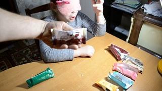 Супер челендж по разгадке тайны названия конфет с закрытыми глазами только по вкусу конфеты.