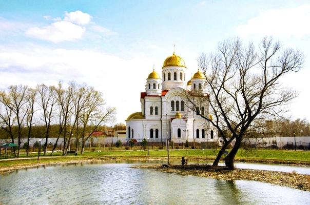Когда-то озеро у храма на Никольской выглядело так...