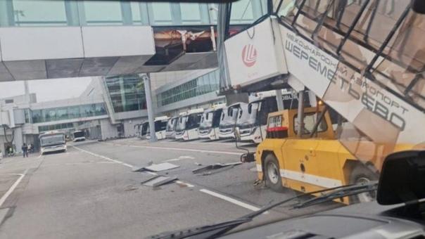 В аэропорту Шереметьево пассажирский трап въехал в...