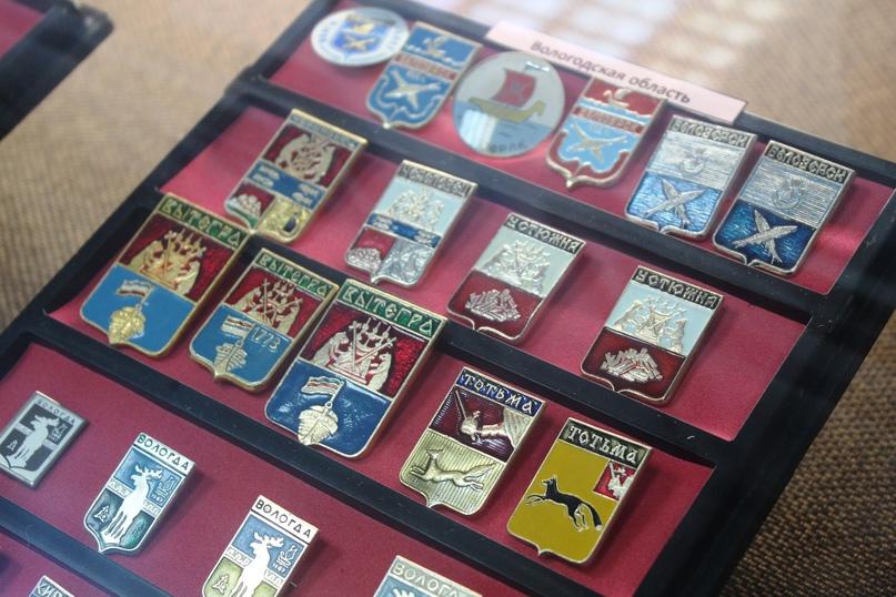 Выставка коллекционных значков «Животный мир в символах городов» открылась в Белозерске🐻