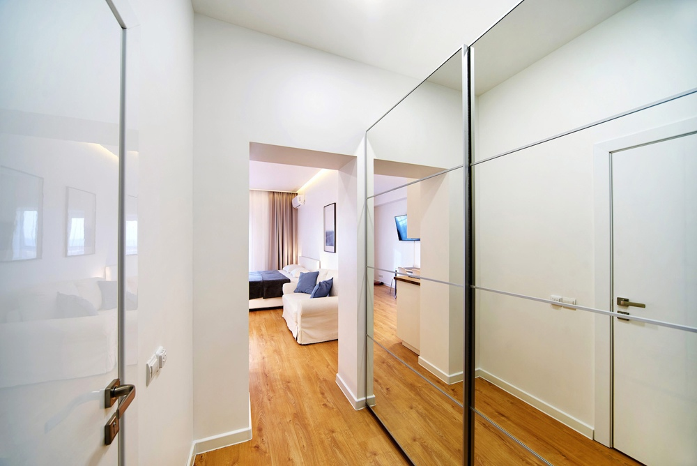 Интерьер студии прямоугольной планировки около 40 кв.