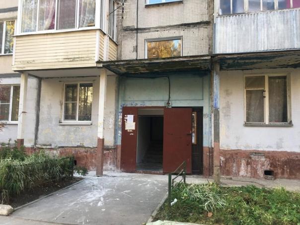 В Дедовске затянулся ремонт подъездов.Двери подъез...