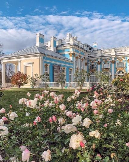 В Екатерининском парке все ещё цветут поздние сорт...