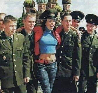 Наталья Орейро на фоне храма Василия Блаженного в окружении курсантов военного училища.