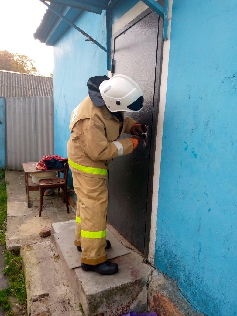 В Курской области спасатели скрыли заклинивший замок в доме, где находились двое детей